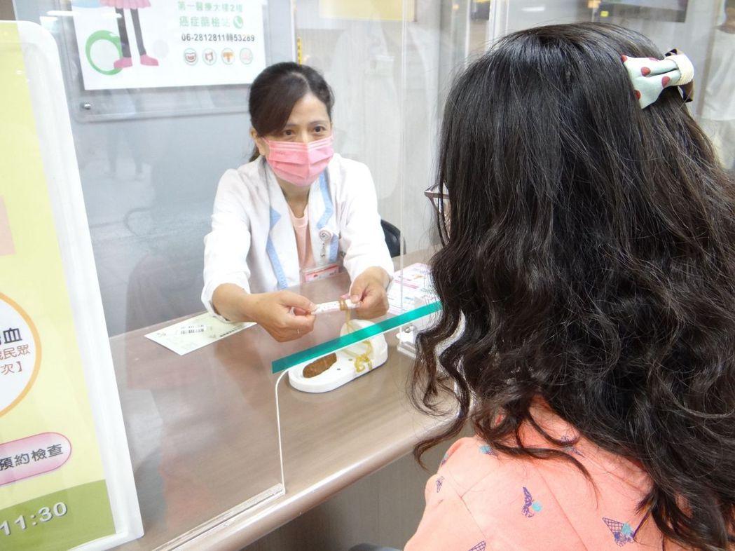 奇美醫學中心癌症篩檢站同仁向民眾說明癌症篩檢的流程。