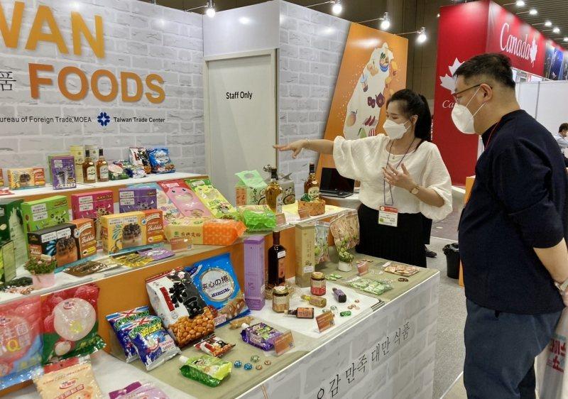 台灣參展商向買主詳細解說我商的產品。 貿協/提供