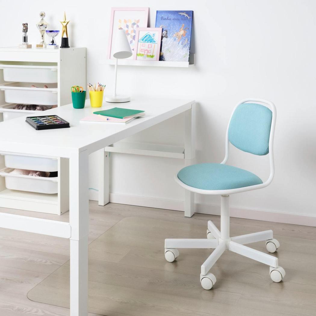 在房間裡增添開學用品營造學習氛圍,ÖRFJÄLL 旋轉椅特別適合剛邁入學齡的兒童...