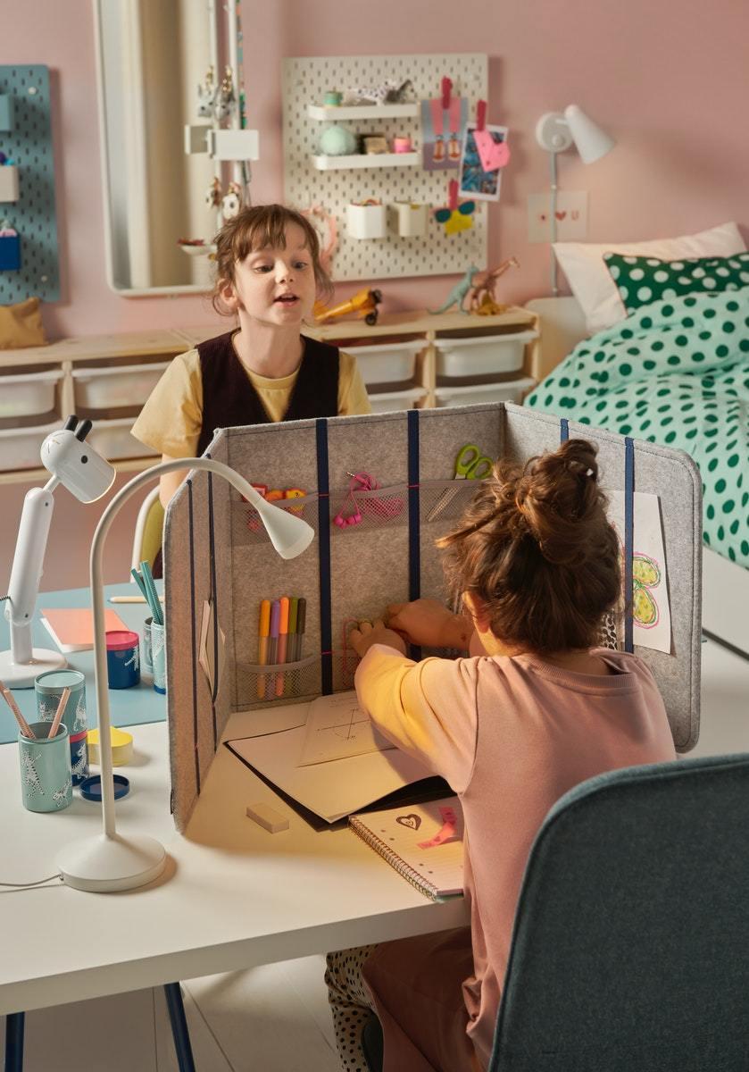 新品 ÖVNING 附隔層桌上屏風以吸音物料製成,具有隔音效果。 IKEA /提...