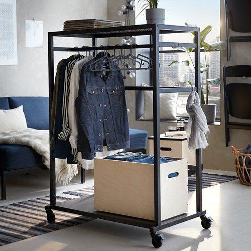 RÅVAROR 收納櫃不只可以吊掛衣服,底層也可以放置物品,還能做為空間隔屏。...