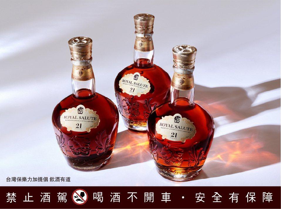 皇家禮炮2021年王者雄心更承襲經典、大膽革新,推出皇家禮炮21年調和穀物威士忌...