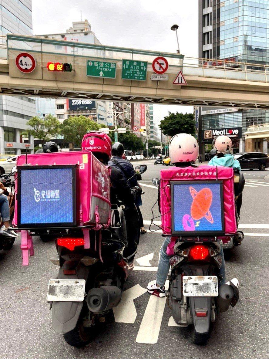「里程移動」智慧型移動式街頭 LED 數位看板,LBS 追蹤技術偵測地理環境與時...