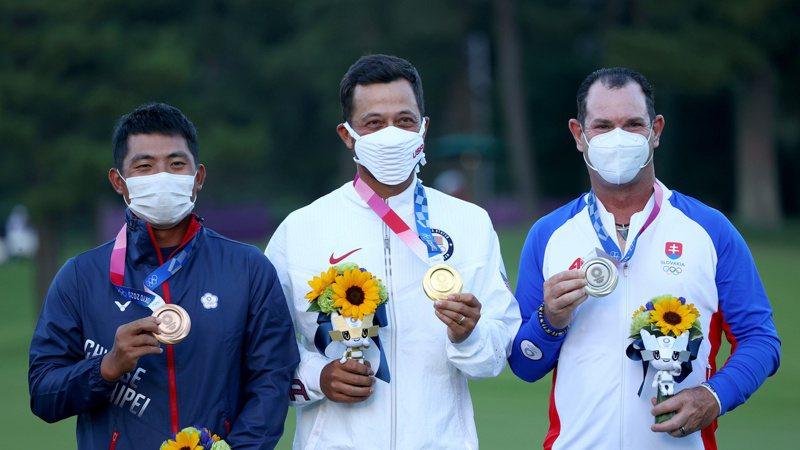 奧運高球金牌(中)是半個台灣人,還與潘政琮(左)一起站上頒獎台。 路透