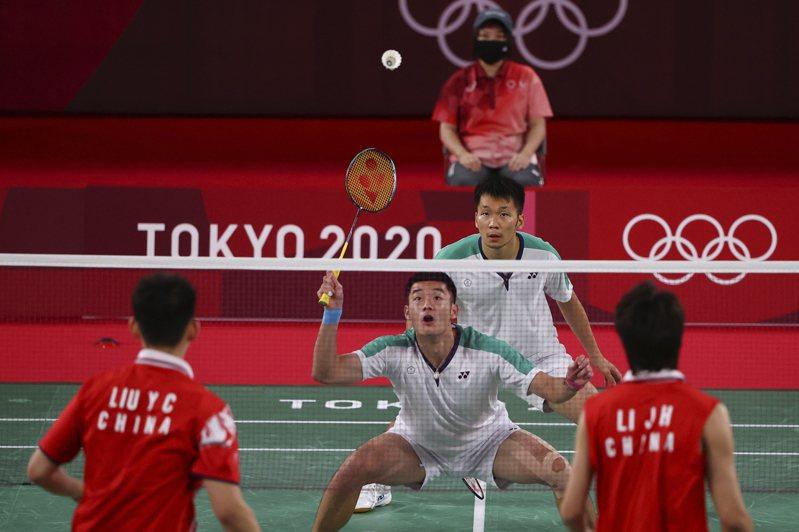 台灣羽球男雙組合王齊麟與李洋日前在東京奧運擊敗中國組合拿下金牌。紐約時報報導,「麟洋配」在社群媒體強調台灣認同,奪金後激起中國網民怒火,兩岸緊張加劇。 路透社