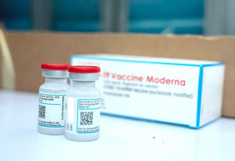 莫德納疫苗兩劑間隔恐再拉長。(指揮中心提供)