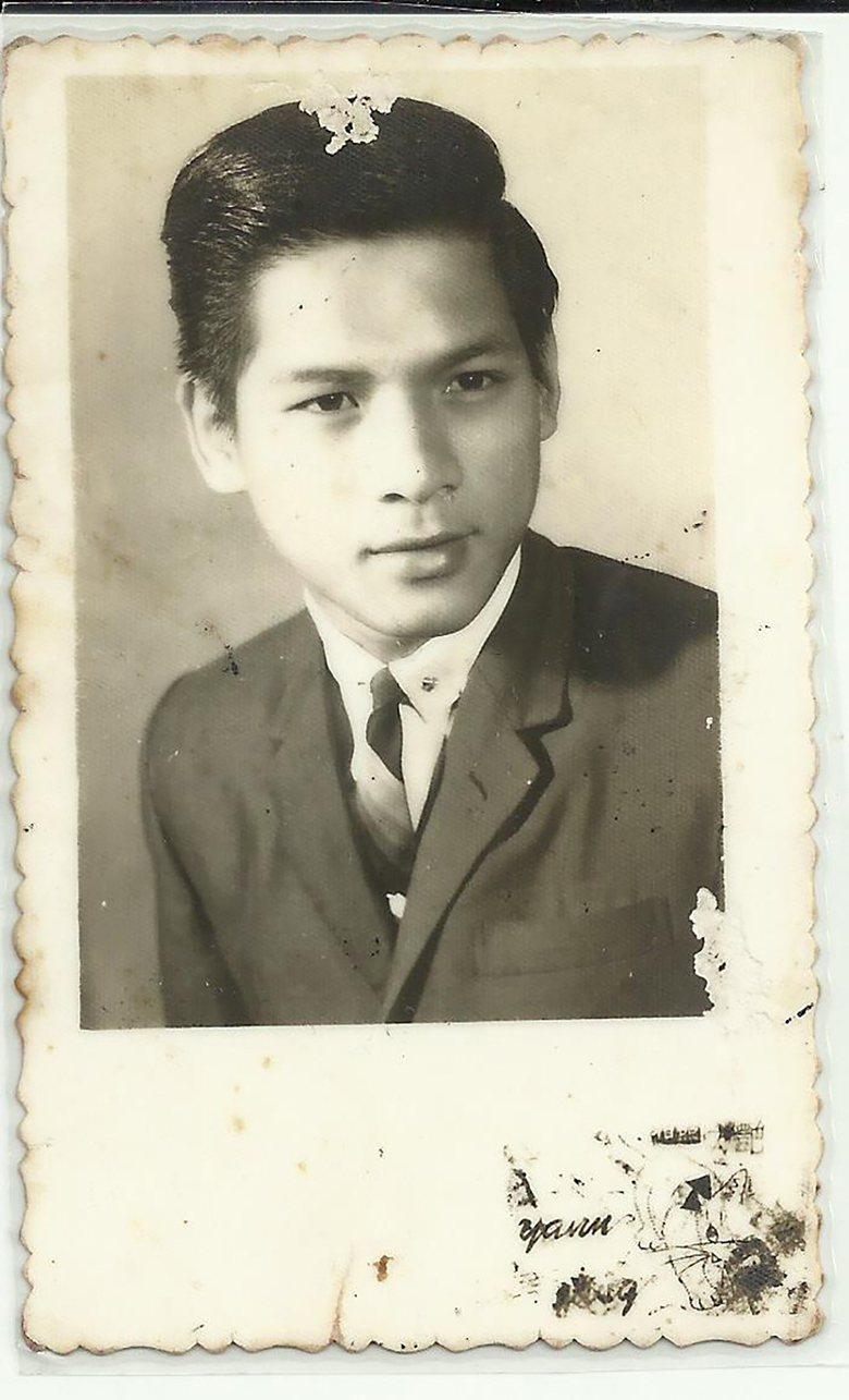 黃瑞豐17歲那年在澎湖出道時,穿著西裝在相館的留影。 (黃瑞豐/提供)