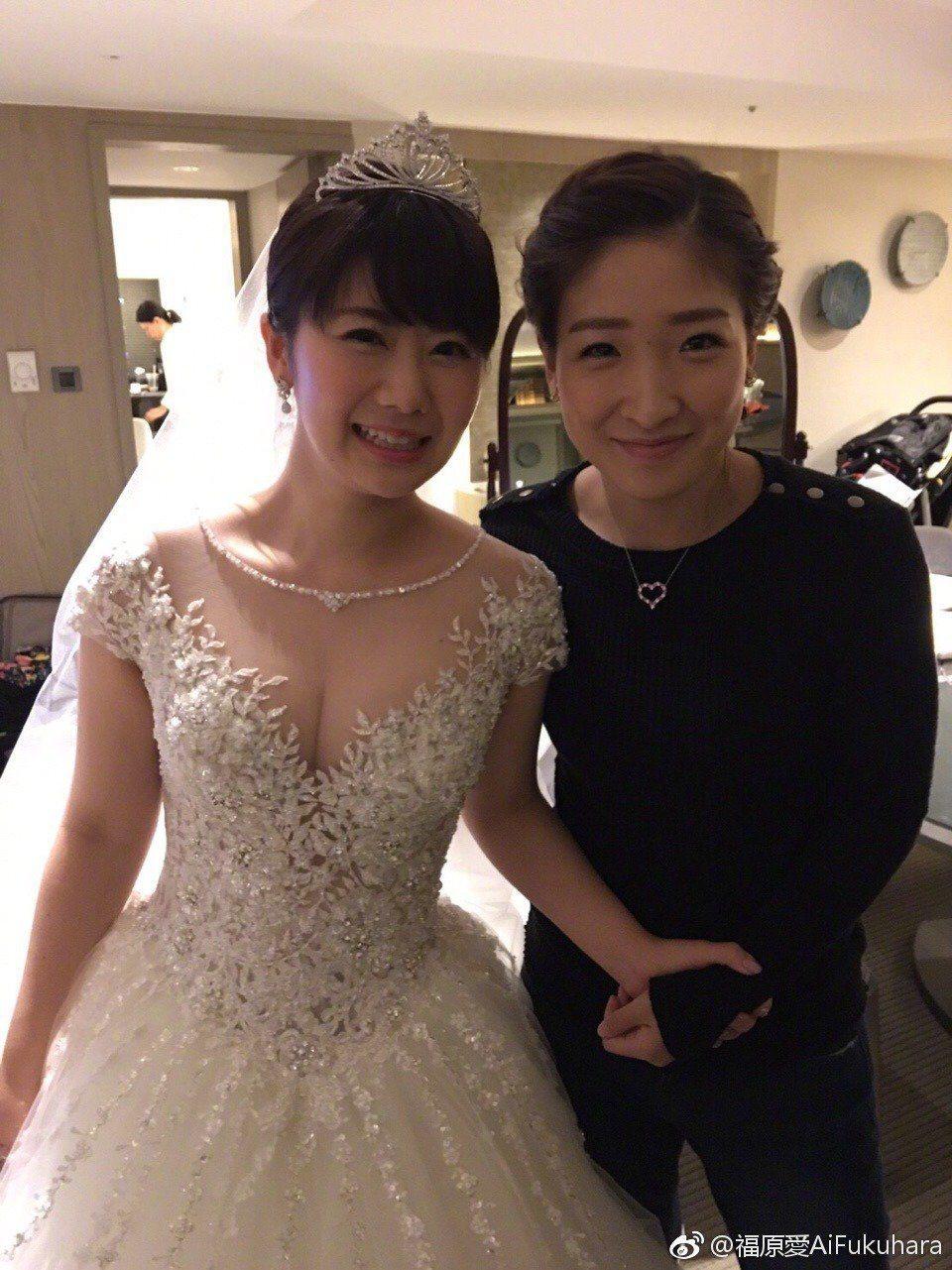 福原愛(左)當年邀請閨密劉詩雯擔任伴娘。圖/摘自微博