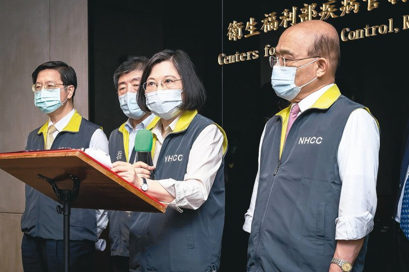 總統蔡英文及行政院長蘇貞昌一再宣稱疫苗採購充足,還呼籲民眾趕快登記預約施打,事實上疫苗已打到快要見底了。圖/總統府提供