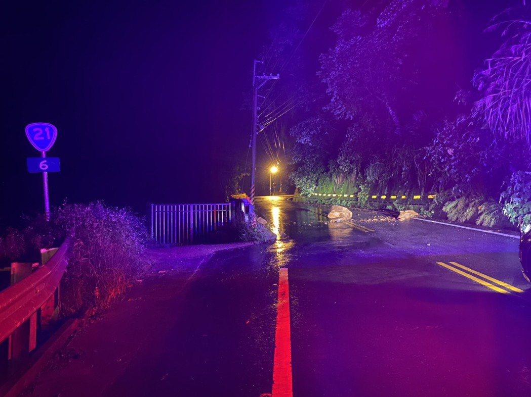 台中山區連日下雨,台21線昨晚有落石,和平警分局設路障,並通知公路總局處理。圖/...