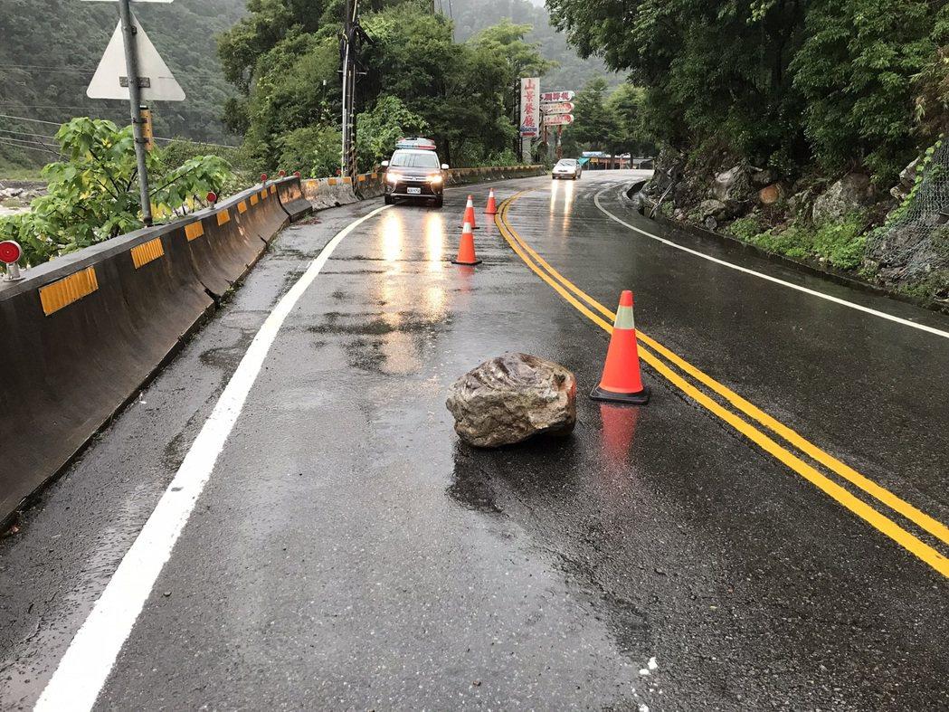 中橫公路連日下雨,昨天有落石,和平警分局設路障,並通知公路總局處理。圖/警方提供