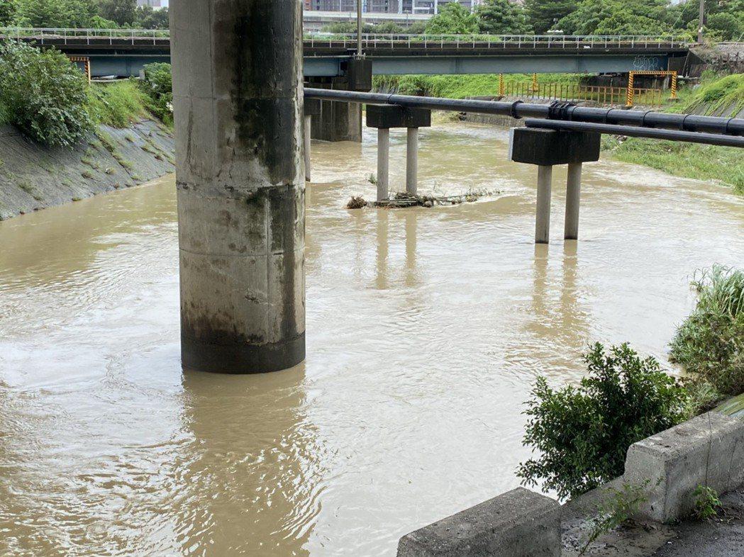 高雄受豪雨影響,許多河道濁度提升。記者陳弘逸/攝影