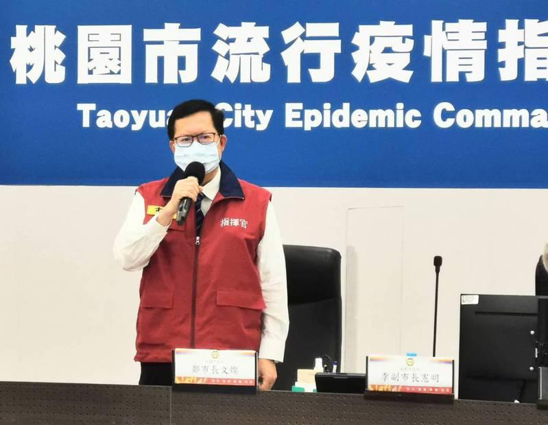 桃園市長鄭文燦說明疫調團隊在特殊交友圈1個案追出家庭群聚感柒6人確診。圖/市政府提供