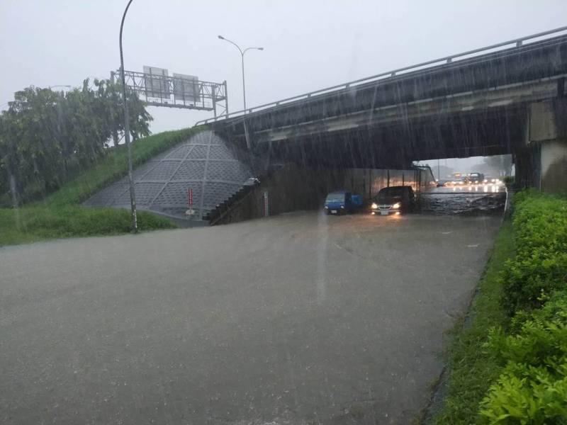 中山高嘉義交流道下的涵洞淹水。圖/嘉義市政府提供