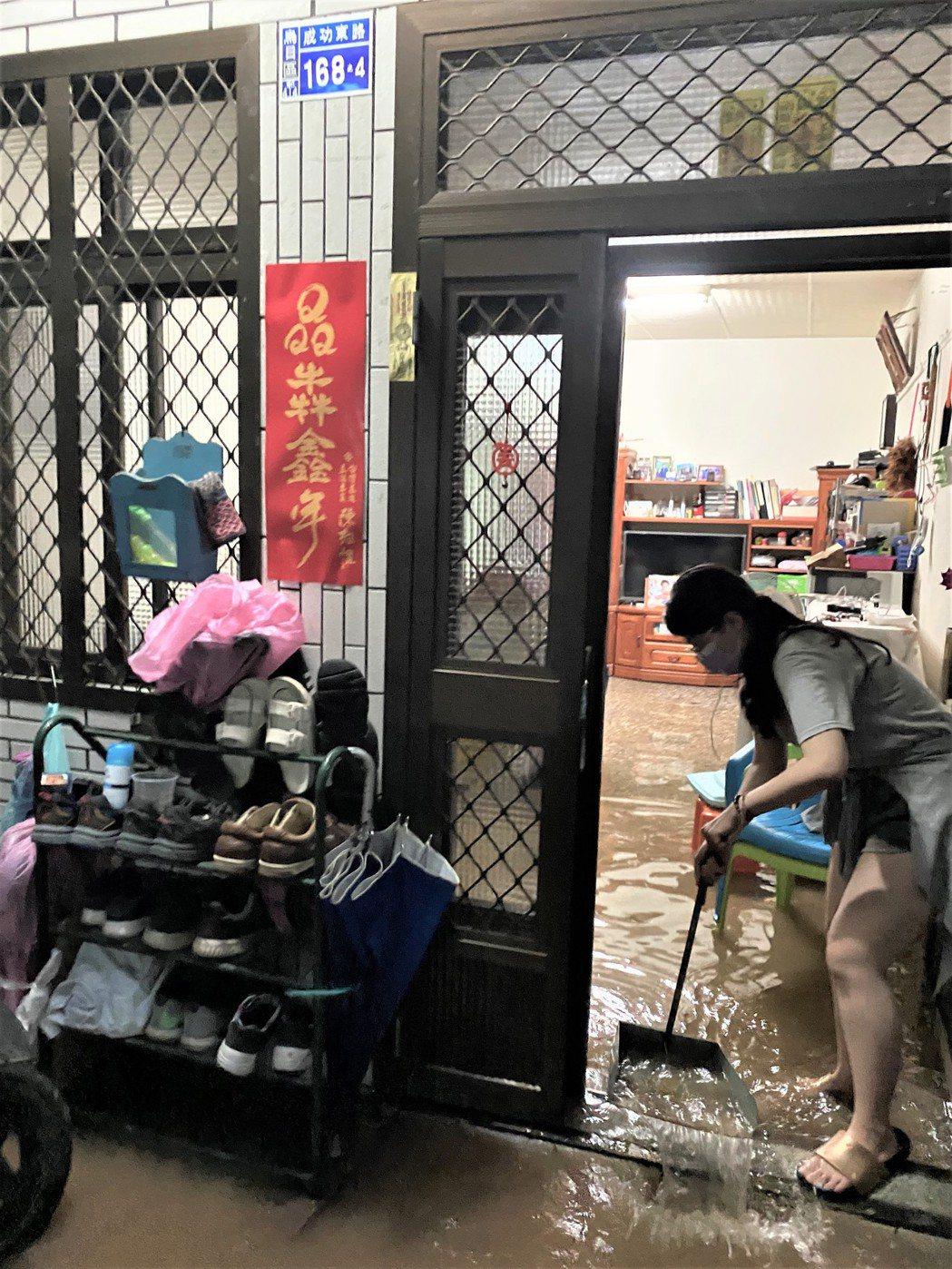 台中烏日區三和里淹水,市長盧秀燕說,原因還待查。圖/民眾提供