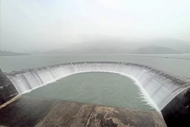 南部山區豪雨持續,南化水庫昨晚至今天下午將持續溢流。圖/自來水六區處提供