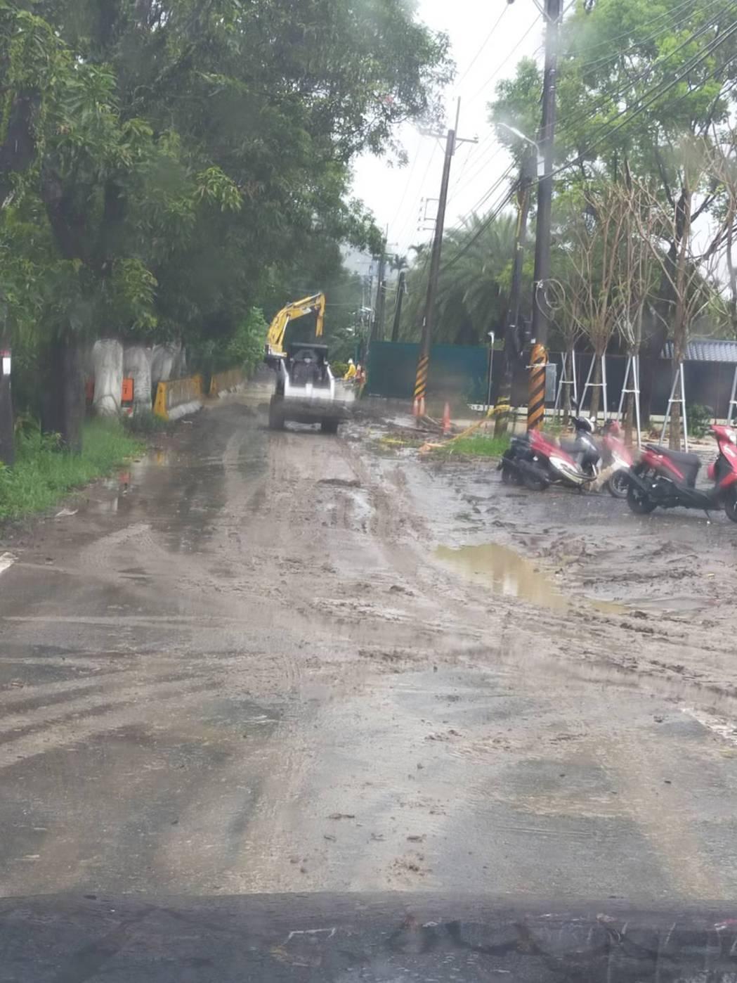 高雄台27線六龜區扇平山莊路段再度坍方,目前道路封閉,預計下午展開搶修。圖/民眾...