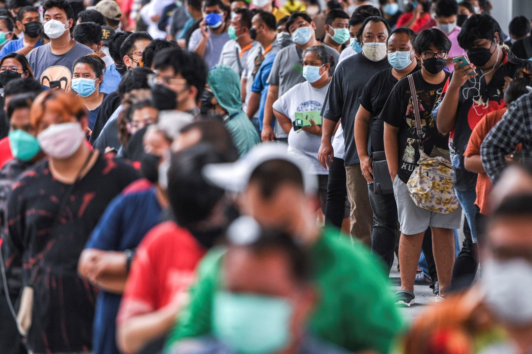 新冠疫情拖累東南亞7月製造業景氣降溫,圖為曼谷民眾排隊接種疫苗。路透