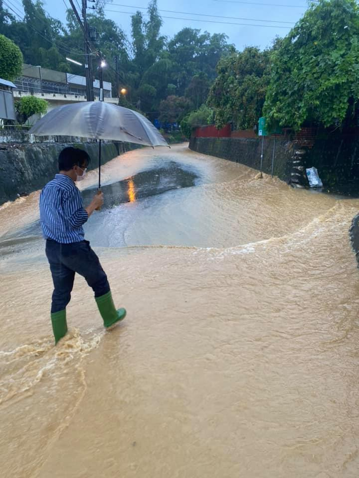 彰化縣芬園鄉因豪雨沖刷土石而下,鄉長林世明冒雨前往勘察。圖/林世明提供