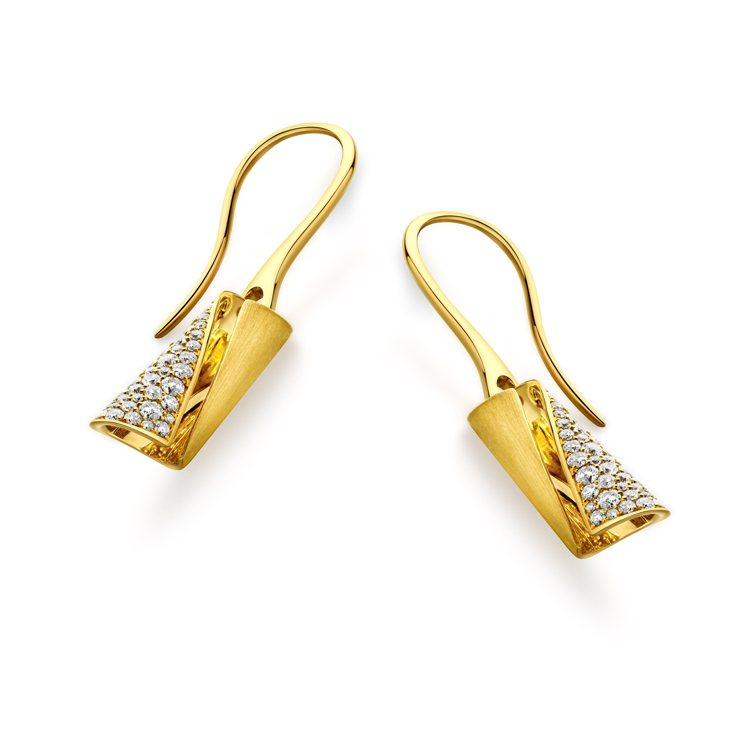 周大福「玄彬 925」系列18K黃金美鑽耳環,約62,400元起。圖/周大福提供