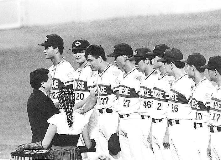 中華隊最早且最知名的獎金風波是1992年巴塞隆納棒球隊拿到銀牌。圖為中華隊當年在巴塞隆納奧運獲棒球銀牌接受頒獎。圖/聯合報系資料照片