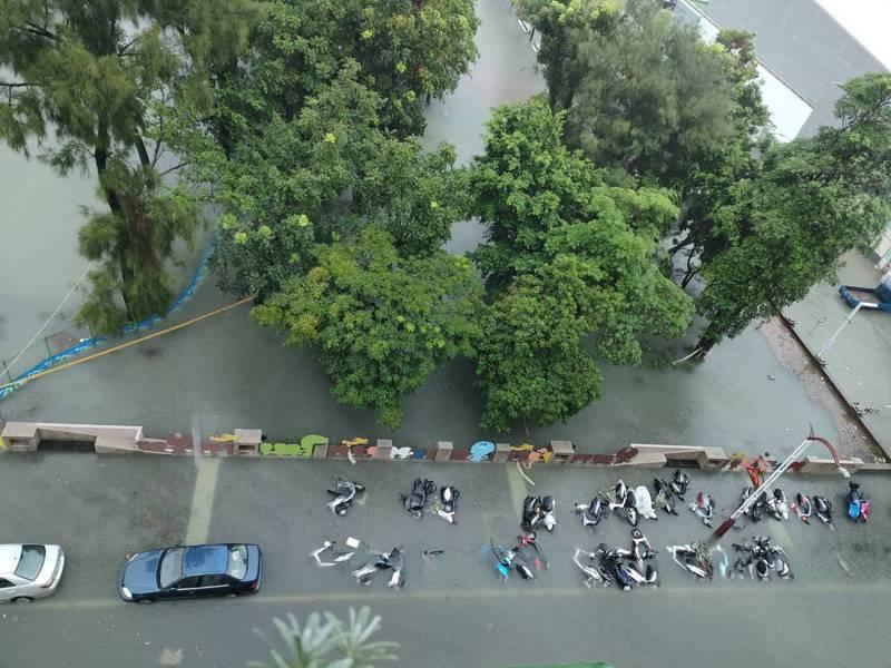 北港地區淹水嚴重,到處一片汪洋,行政院急緊宣布停班停課。記者蔡維斌/翻攝