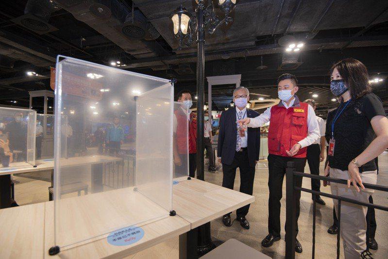 新竹市長林智堅今到遠東巨城購物中心了解美食街防疫措施。圖/新竹市政府提供
