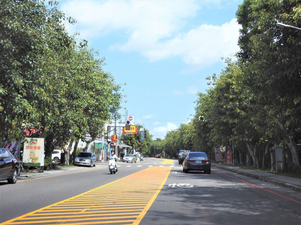 公路總局南投工務段今年重新調整劃設台14乙線中正路道路標線。記者賴香珊/攝影