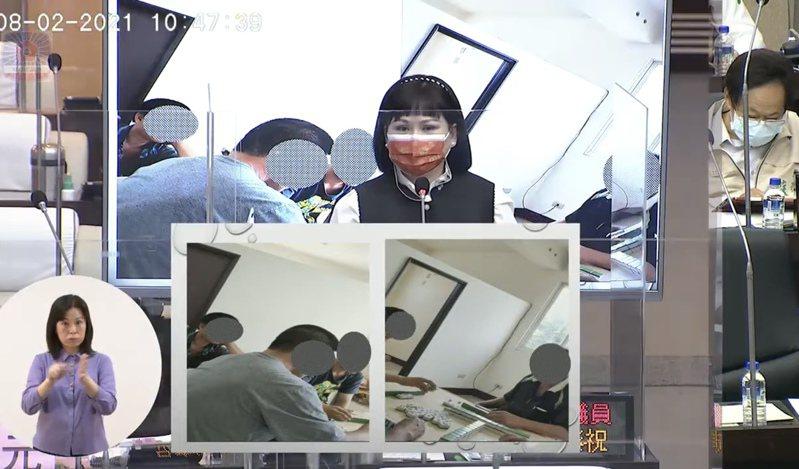 台南市議員林燕祝今天在議場上秀出肉品市場員工上班時間在辦公室內打麻將的照片。記者修瑞瑩/翻攝