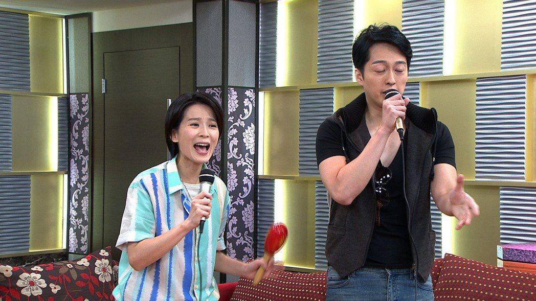 楚宣(左)、于浩威演出「黃金歲月」到KTV唱歌橋段。圖/民視提供