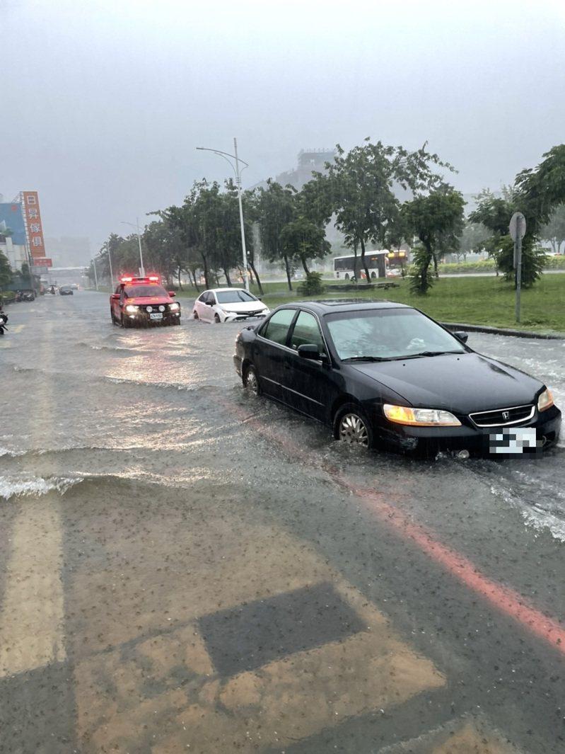 嘉義市好市多的前面忠孝路慢車道,今上午淹水30公分,有轎車一度受困路中。記者林伯驊/翻攝