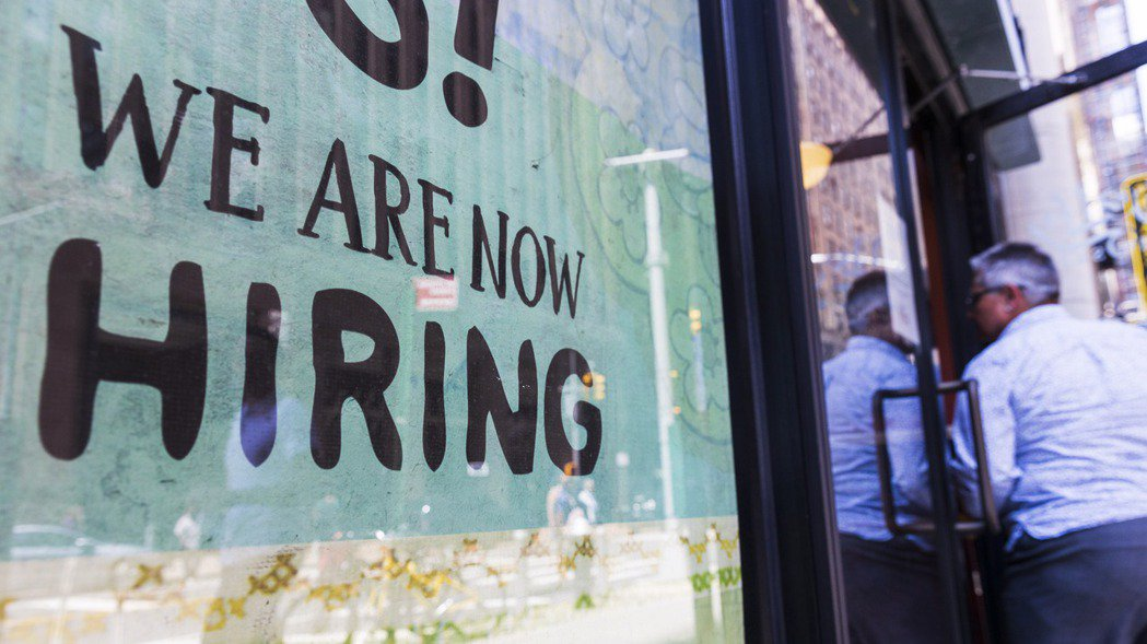 新冠肺炎疫情給美國帶來經濟謎團:至今仍有數百萬人失業,大量職缺卻招不到人。各界期...