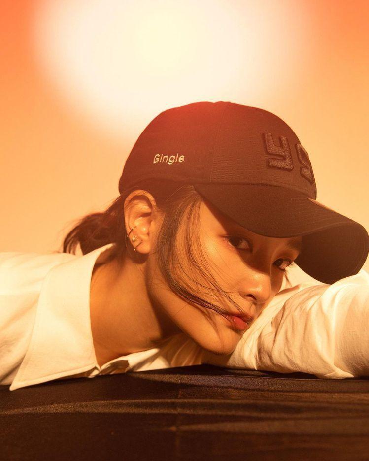 王淨戴Saint Laurent「從頭愛你」七夕限定棒球帽。圖/摘自IG
