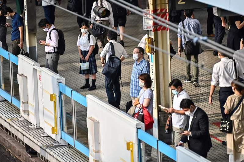 進入21世紀以後,日本人的薪水實質凍漲。法新社