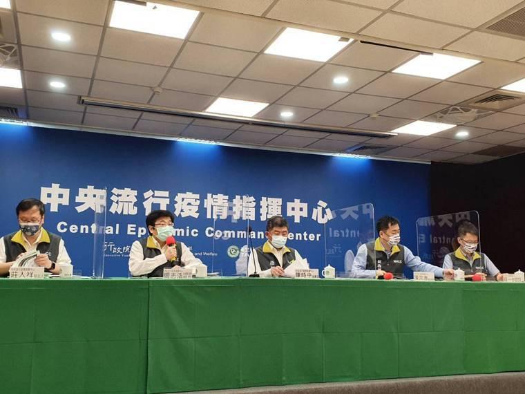中央流行疫情指揮中心8月2日記者會出席名單,第一排由左到右中央流行疫情指揮中心發...