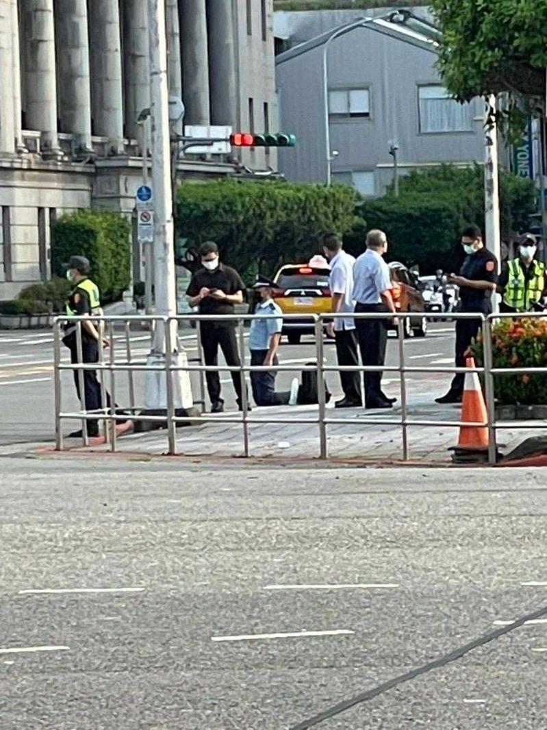 李姓空軍少校申請延役不成,穿軍服跑到總統府前下跪陳情。圖/翻攝自臉書網頁