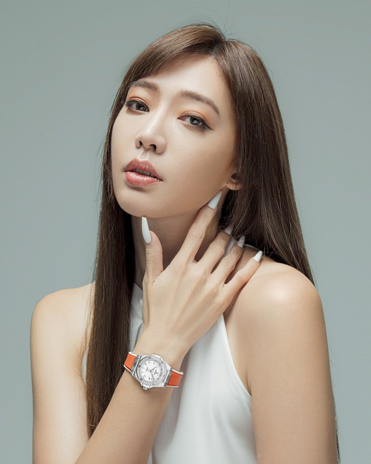 Big Bang One Click 33毫米精鋼鑲鑽白面自動腕表,39萬元。圖...