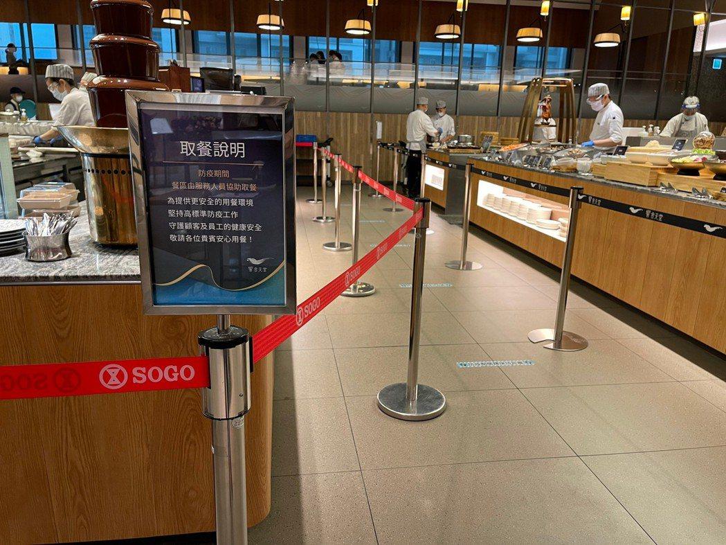 饗賓集團旗下Buffet品牌,各餐區均採專人無接觸式服務取餐。(照片提供:饗賓集...