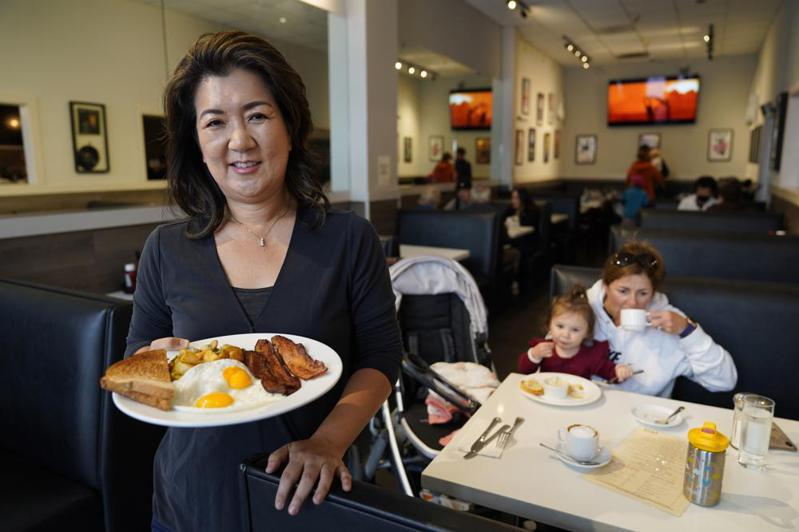 韓裔美國人金珍妮在舊金山開的餐廳以賣早餐為主,店內人氣第一名的早餐是「培根、蛋和薯餅」。美聯社