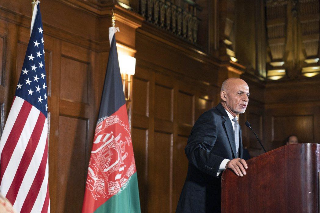 阿富汗總統甘尼2日指責美撤軍決定太突然,圖為他6月下旬在華府見完拜登後接受媒體訪...