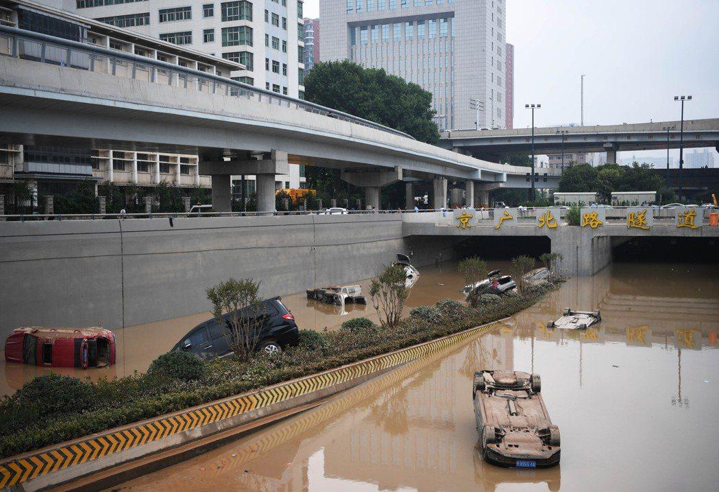 河南大暴雨造成嚴重傷亡,圖為7月22日,鄭州京廣路隧道口,被淹的汽車在水退後露出...