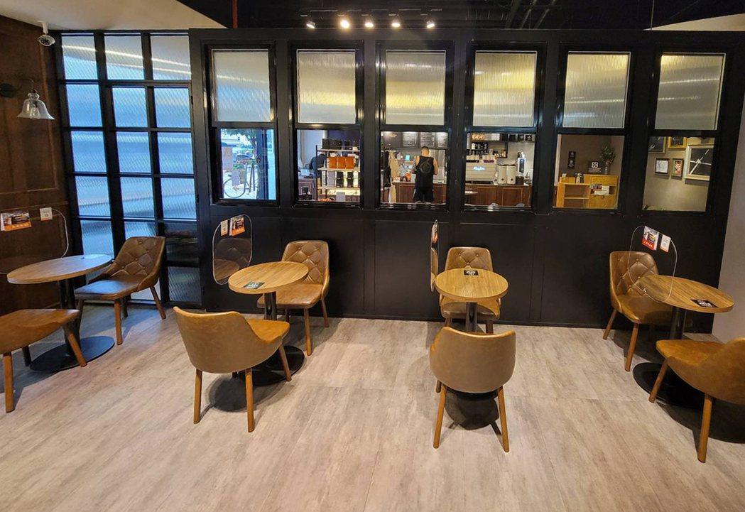 路易莎門市座位加裝隔板、實施梅花座。圖/路易莎咖啡提供。