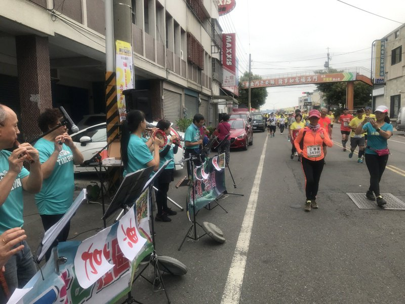 去年台灣守住疫情,田中馬拉松熱烈開跑,小鎮居民一樣熱情迎賓為選手加油,被喻為不可思議的馬拉松賽事,不過今年疫情不穩定,還是得改為線上馬拉松了。記者林宛諭/攝影