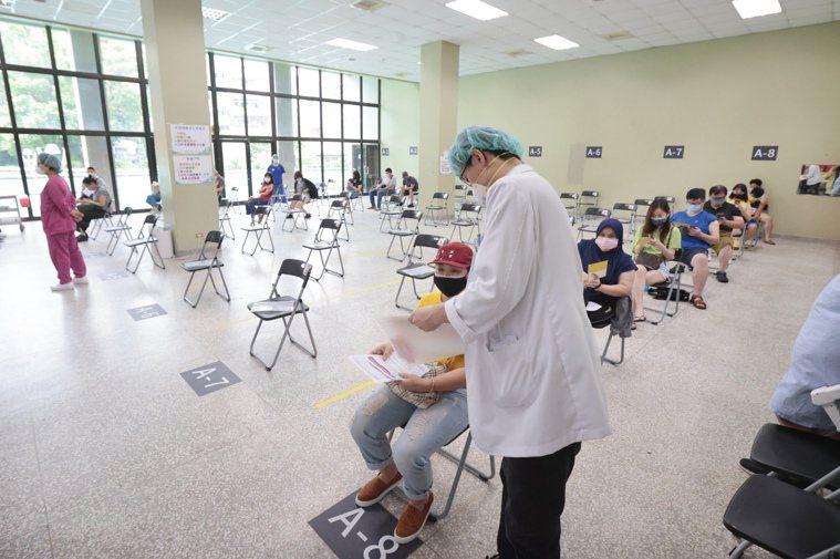 台北榮總疫苗預約施打人數減少6成,原本一天可以接種700人,昨日預約打疫苗人數只...