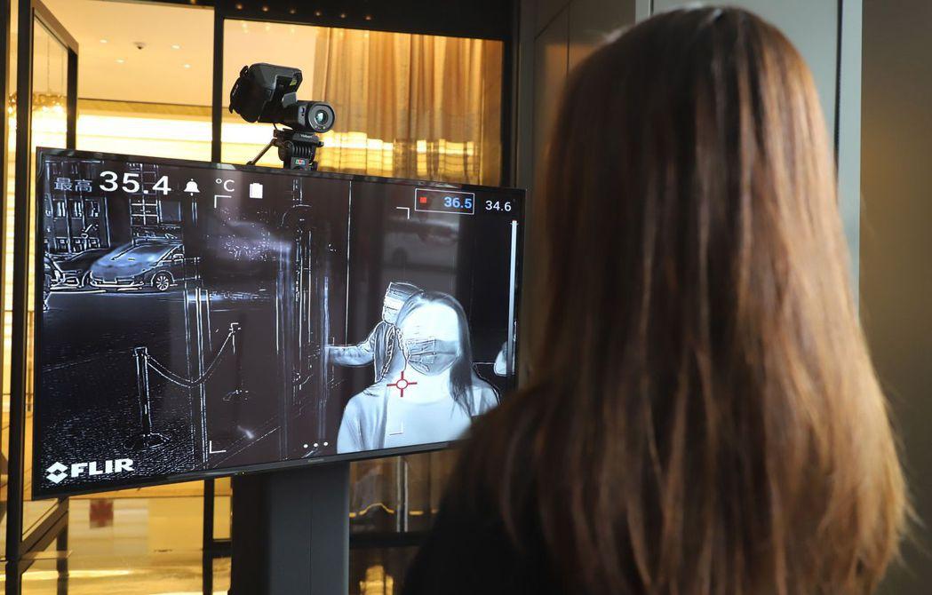 晶華安裝美國軍用等級「紅外線熱像測溫儀」進行體溫篩檢。晶華提供