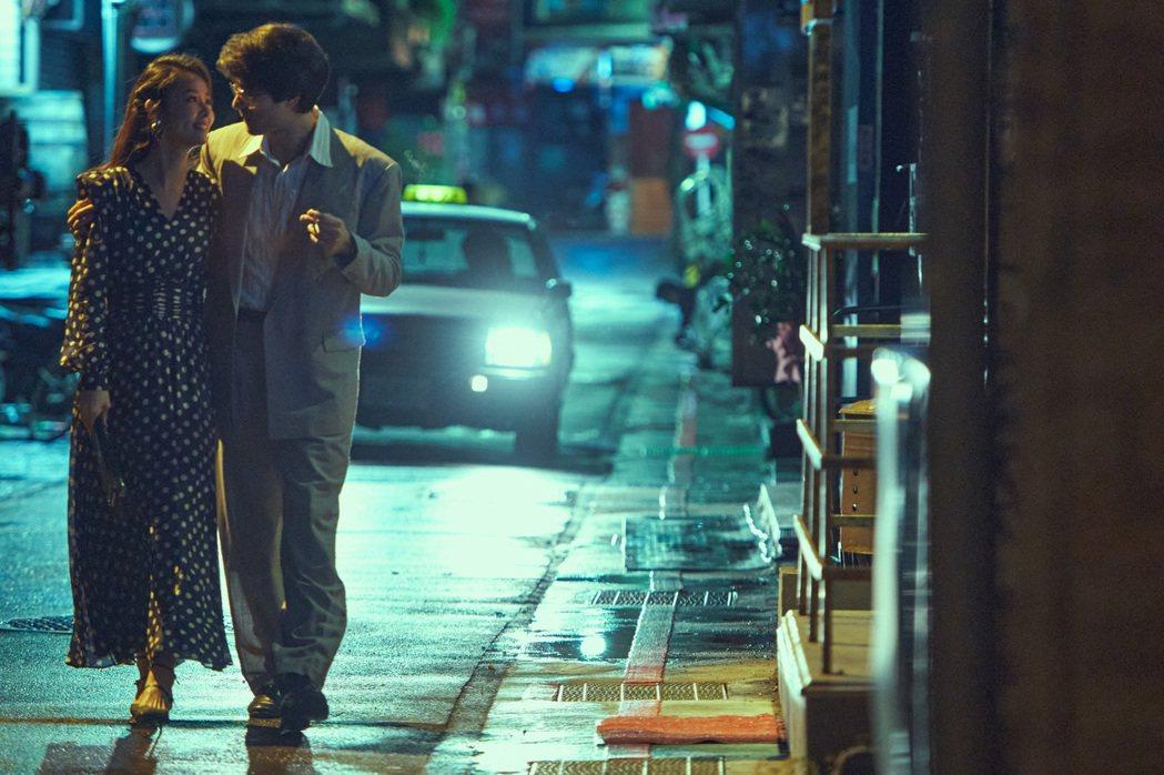林心如(左)、鳳小岳演出「華燈初上」。圖/Netflix、百聿數碼提供