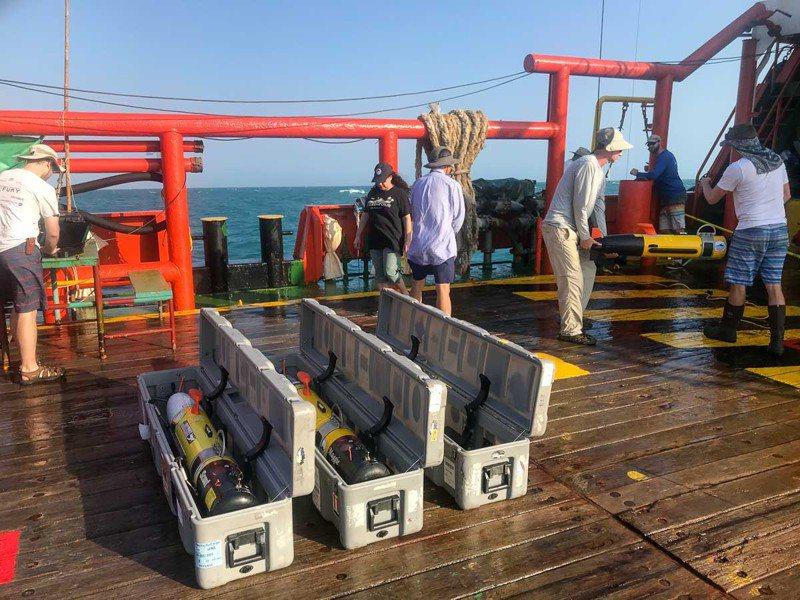 圖中地上擺放的就是水下遙控自動裝置,它的兩端可各自掃描約70公尺長區域,有助於找到及調查失事船艦遺骸,且可製作出高解析度的海床影像。圖/取自斯克里普斯海洋研究所