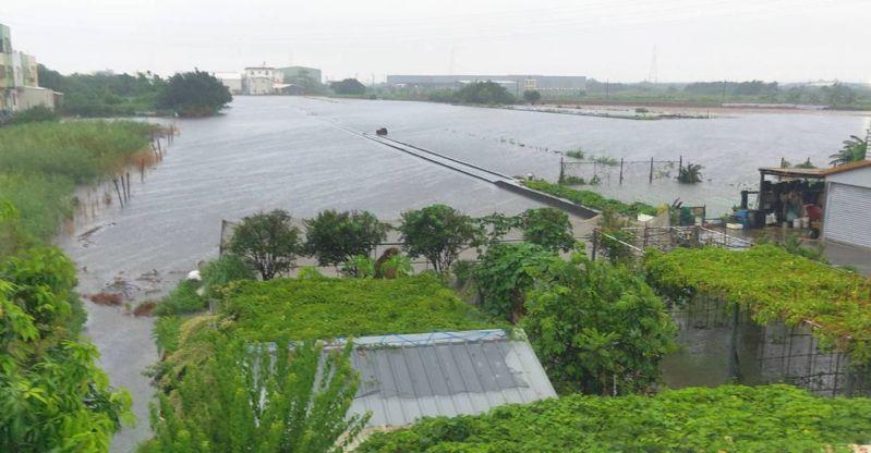這波西南氣流帶來的大雨主要下在北彰化,伸港鄉農田淹水。圖/民眾提供