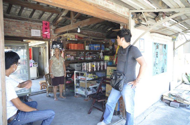 調天府旁開著柑仔店的94歲阿嬤,當初就是因為先生無法務農而開了間檳榔攤維持家計,這般體貼另一半的心思看似不起眼,卻藏著阿嬤對先生的深情,即便先生不能下田,她仍兼著做,做一個拾起稻穗的農家人。記者陳苡葳/攝影