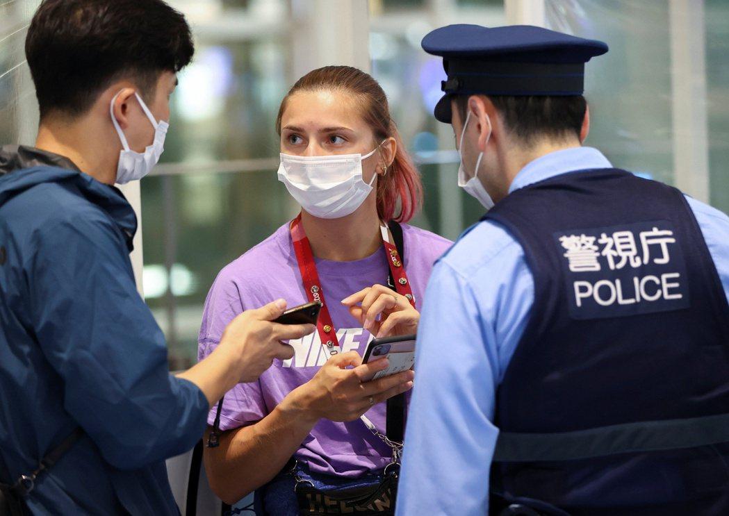 齊瑪諾斯卡雅1日遭強行帶到機場,圖為她當天尋求日本警方給予協助。路透